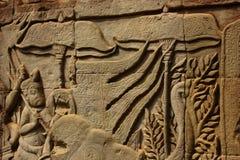 Historischer Bas Relief, der alte Khmerkrieger in der Bildung darstellt und Kampf, Siem Reap tut Lizenzfreies Stockfoto
