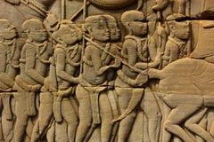 Historischer Bas Relief, der alte Khmerkrieger in der Bildung darstellt und Kampf, Siem Reap tut Stockbilder