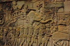 Historischer Bas Relief, der alte Khmerkrieger in der Bildung darstellt und Kampf, Siem Reap tut Stockfotos