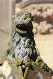 historischer Brunnen führt Verzierungen und Gegenstände einzeln auf stockbilder