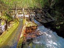 Historischer Damm auf Gebirgsfluss - Österreich Lizenzfreies Stockbild