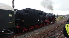 Historischer Dampfmaschinenzug, der zu einer Museumsreise beginnt stockfotos