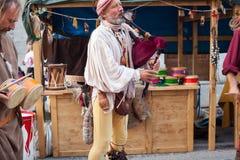 Historischer Dudelsackspieler und Schlagzeuger kleideten in der alten Kleidung an Stockfoto