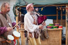Historischer Dudelsackspieler und Schlagzeuger kleideten in der alten Kleidung an Stockfotos
