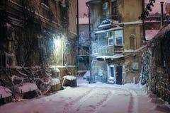 Historischer europäischer Hof auf einer Winternacht stockbild