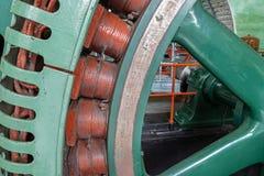 Historischer Generator in einem alten Kraftwerk stockfoto