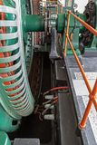 Historischer Generator in einem alten Kraftwerk lizenzfreie stockbilder