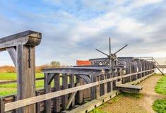 Historischer hölzerner Verschluss über dem Fluss Rotte in Bleiswijk in Südholland Lizenzfreie Stockfotos