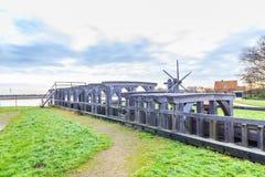 Historischer hölzerner Verschluss über dem Fluss Rotte in Bleiswijk in Südholland Lizenzfreies Stockbild