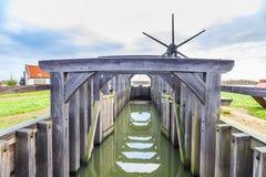 Historischer hölzerner Verschluss über dem Fluss Rotte in Bleiswijk in Südholland Stockfotos