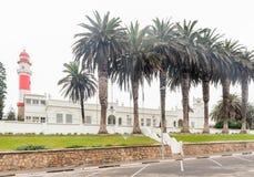 Historischer Leuchtturm und das Parlamentsgebäude in Swakopmund Lizenzfreie Stockbilder
