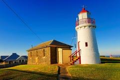 Historischer Leuchtturm und Häuschen Stockfotografie
