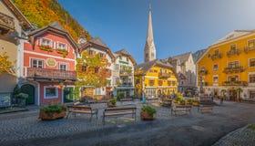 Historischer Marktplatz von Hallstatt mit bunten Häusern, Salzkammergut, Österreich lizenzfreies stockbild