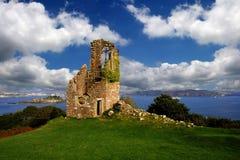 historischer Platz mit einer Ruine des alten Schlosses in Großbritannien Stockfotos