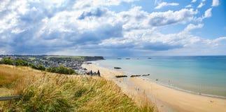 Historischer Strand in Normandie an einem bewölkten blauen Tag stockfotos