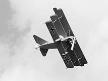Historischer Triplane auf dem Himmel. Stockbild