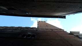 Historischer Turm von unterhalb gesehen lizenzfreie stockfotografie