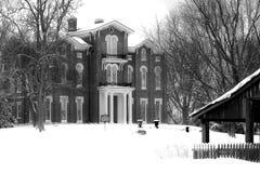 Historischer weißer Hall im Schnee - Mittel-Kentucky Stockbilder