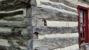 Historisches Blockhaus-Außenecke und Fenster Stockfoto