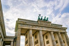 Historisches Brandenburger Tor in Berlin an einem bewölkten Tag lizenzfreies stockbild