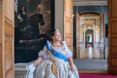 Historisches cosplay Frau im Similitude von Katharina die Große, Kaiserin von Russland lizenzfreie stockbilder