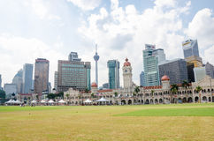 Historisches Gebäude Bdul Samad und verschiedene Bank ragen entlang Merdeka-Quadrat im Herzen von Kuala Lumpur hoch Lizenzfreies Stockbild