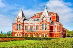 Historisches Gebäude des Dramatheaters am sonnigen Tag des Sommers im Samara Stockfotos