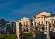 Historisches Gebäude gegen den blauen Himmel Lizenzfreie Stockfotografie