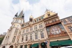 Historisches Gebäude mit einem Turm und Buntglasfenstern Lizenzfreie Stockfotografie