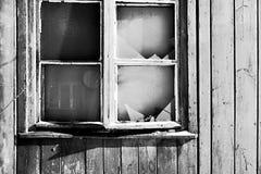 Historisches Gebäude mit einer zerbrochenen Fensterscheibe Stockbilder