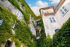 Historisches Gebäude mit Grünpflanzevegetation In Eze-Dorf, Lizenzfreies Stockfoto