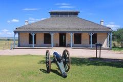 Historisches Gebäude mit Kanone am Fort Laramie Stockfoto