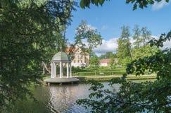 Historisches Gebäude und Pavillon auf Ufer von See Lizenzfreie Stockfotografie