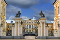 Historisches Gebäude von Ställen in Rundale-Palast, Lettland lizenzfreies stockfoto