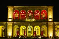 Historisches Gebäude am Weihnachten bis zum Nacht Stockfotos
