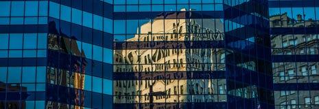 Historisches Gebäude widergespiegelt im hohen Aufstieg des Büros Lizenzfreies Stockbild