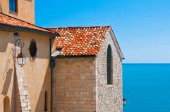 Historisches Gebäudedetail und Ozeanansicht Stockfotografie