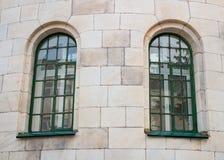 Historisches grünes Fenster zwei auf der gelben Wand Stockfotografie