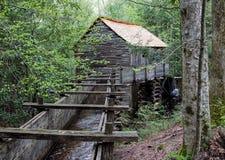 Historisches gristmill mit Wasserrad lizenzfreie stockfotos
