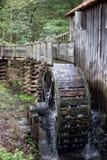Historisches gristmill und Wasser dreht herein die rauchigen Berge stockbilder
