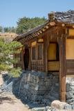 Historisches hölzernes gestaltetes koreanisches Gebäude mit dem hölzernen Erschütterungsdach errichtet auf blauem Himmel der Stei Stockbilder
