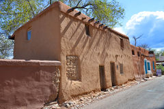 Historisches Haus des luftgetrockneten Ziegelsteines Stockfotografie