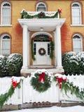 Historisches Haus mit Weihnachtsdekorationen Lizenzfreie Stockbilder