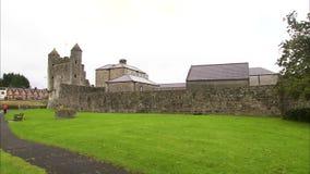 Historisches irisches Fort, das etwas ruiniert wird stock video footage