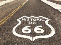 Historisches Landstraßenzeichen US Route 66 auf Asphalt in Oatman, Arizona, Vereinigte Staaten Das Bild wurde während einer Motor Lizenzfreies Stockbild