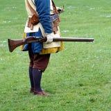Historisches militärischeswieder--enactor gekleidet in blauem und gelbem Tudor stockfotos