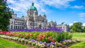 Historisches Parlamentsgebäude in Victoria mit bunten Blumen, Vancouver Island, Britisch-Columbia, Kanada Stockbild
