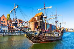 Historisches Schiff in der alten Stadt von Gdansk, Polen stockbild