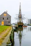 Historisches Schiff genannt Drei-bemastete Freundschaft verankert in Salem-Hafen lizenzfreie stockfotografie