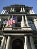 Historisches Spalte-Gebäude mit US-Markierungsfahne Stockbilder